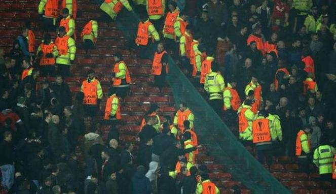 Fans Manchester United & Liverpool Bentrok di Old Trafford